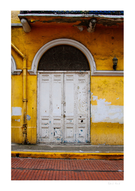 Otra puerta pero amarilla.