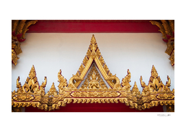 GOLDEN STATUE OF ARCHWAY IN THAI TEMPLE