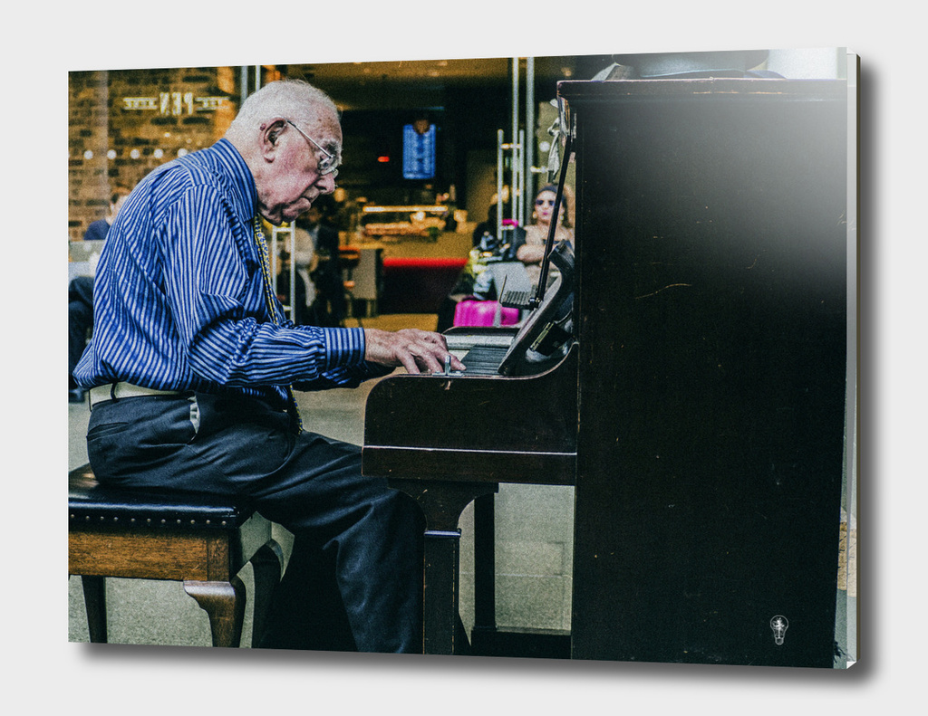 Old Man plays piano in te Station